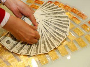 Giá vàng trụ ở mức cao, USD về mức 22.500 đồng/USD