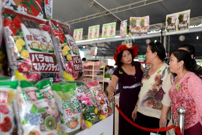 Khách tham quan tìm hiểu các sản phẩm vật tư nông nghiệp Nhật Bản tại triển lãm - Ảnh: Duyên Phan